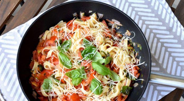 Italské těstoviny s čerstvými rajčaty a bazalkou