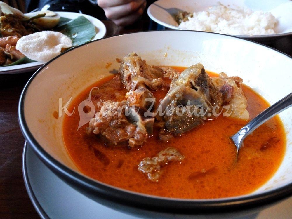 Kozí polévka gulai kambing. Delikatesa.