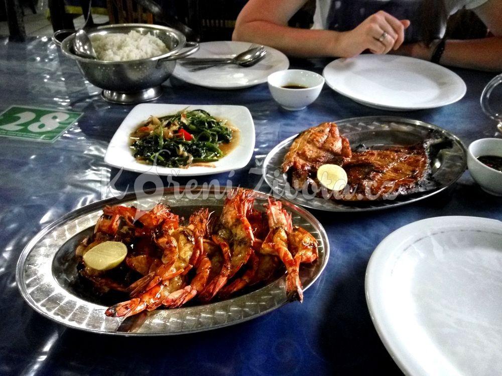 Rybí hostina. Krevety, ryby, rýže, špenát a omáčky.