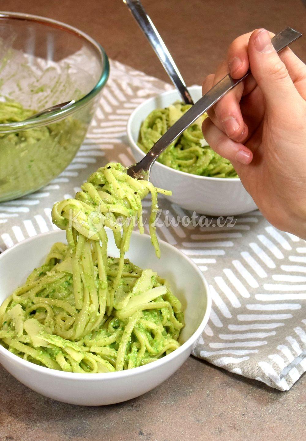 Bleskové těstoviny s avokádovou omáčkou