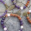 ~NĚŽNOST~Inspirativní fotografie šperků s růženínem a rudrakshou. Ostatní kusy nejsou součástí produktu.