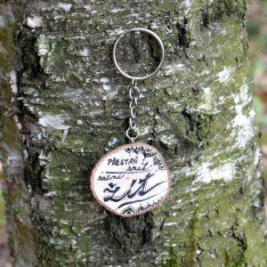 Ručně malovaný dřevěný přívěsek na klíče *Přestaň snít, začni žít!*