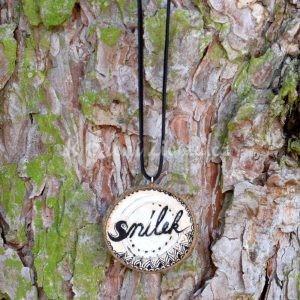 Ručně malovaný dřevěný náhrdelník - medailonek *SNÍLEK*