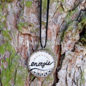 Ručně malovaný dřevěný náhrdelník - medailonek *ENERGIE*