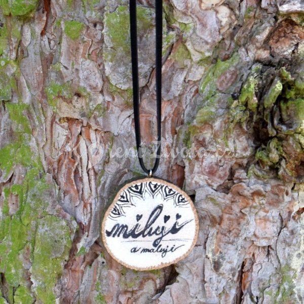 Ručně malovaný dřevěný náhrdelník - medailonek *Miluji a maluji*