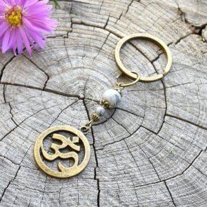 ~SÍLA (ZE)MĚ~ Originální přívěsek na klíče Óm ॐ s japisem