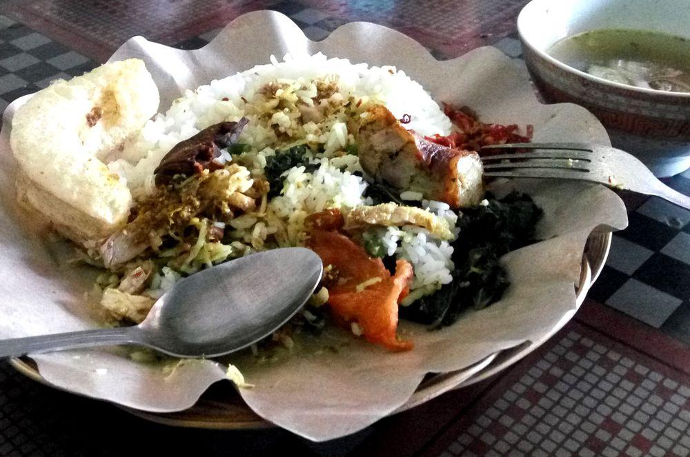 """Babu guling - """"zabijačkový"""" mix po indonésku - kousek masa, rýže, sambal, kokos, krupuk a vývar se zázvorem"""