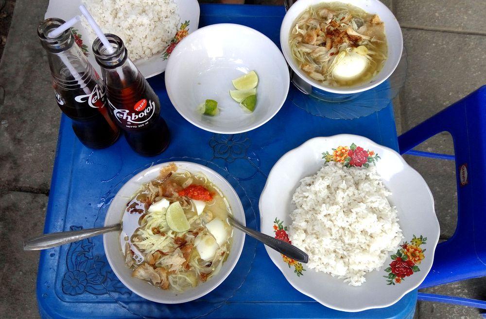 Soto ayam - silný kuřecí vývar s rýží, vajíčkem a chilli sambalem