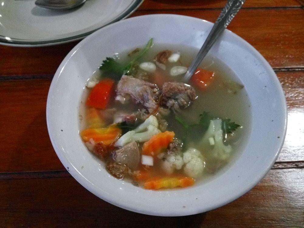 Sop buntut - hovězí polévka se zeleninou