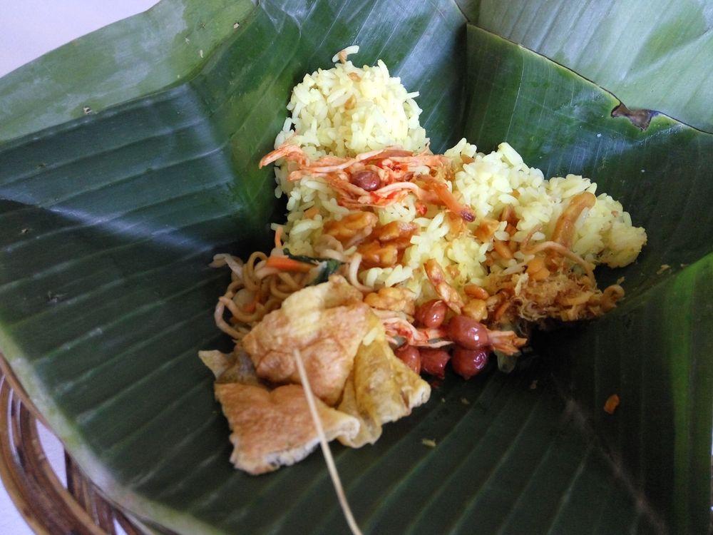 Nasi Campur z trajektu, zabalená v listu - mix rýže s praženými buráky a kávou