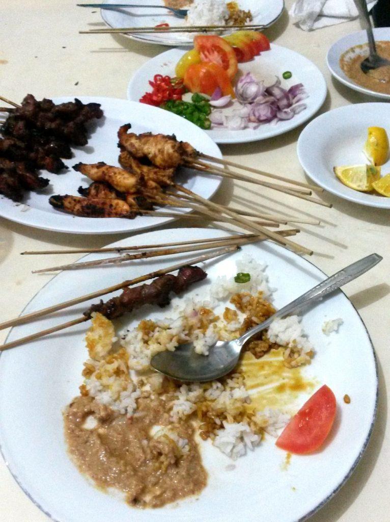 Sate hostina - špízy z masa, rýže, arašídová omáčka, chilli