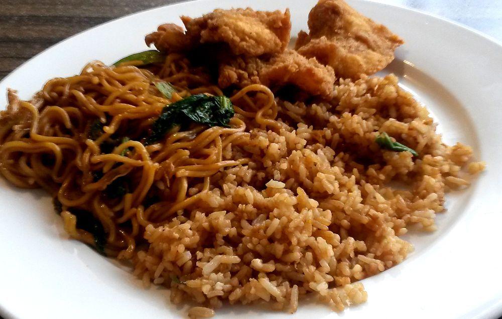 Nasi campur - mix rýže, nudlí, masa i zeleniny