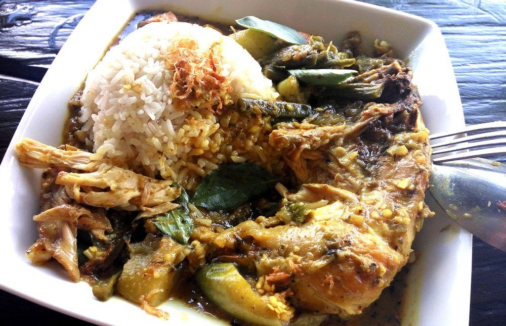 Kari ayam - kuřecí kari se zeleninou a kokosovým mlékem