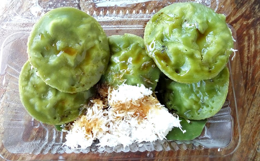Lak lak - zelené lívanečky s kokosem a sirupem