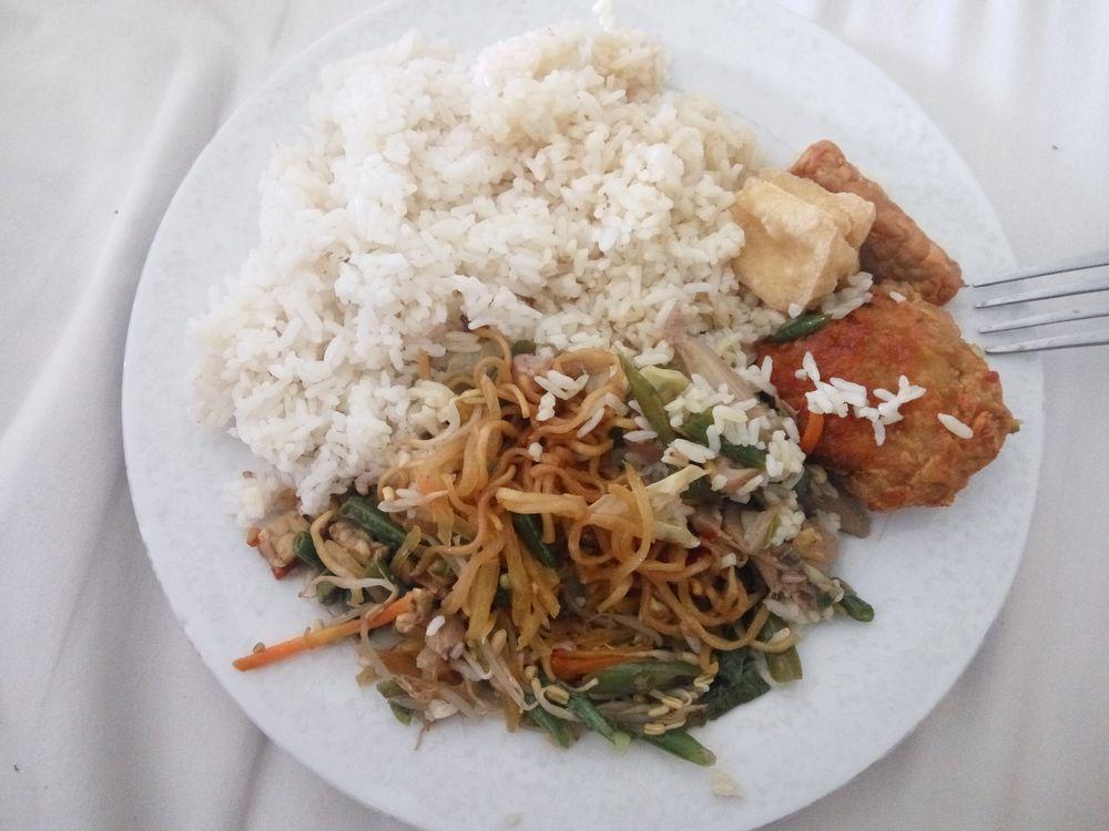 Nasi Campur - mix rýže, nudlí zeleniny a masa