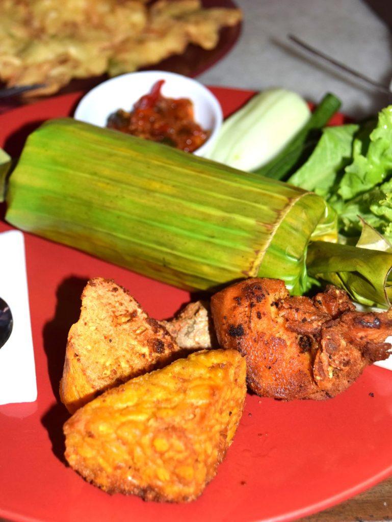Nasi timbel - rýže v banánovém listu, tempeh, maso, sambal