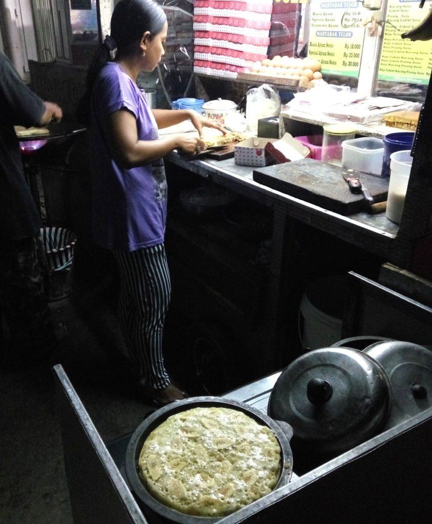 Noční stánek se sladkým terang bulan a slaným martabakem - palačinky a omelety