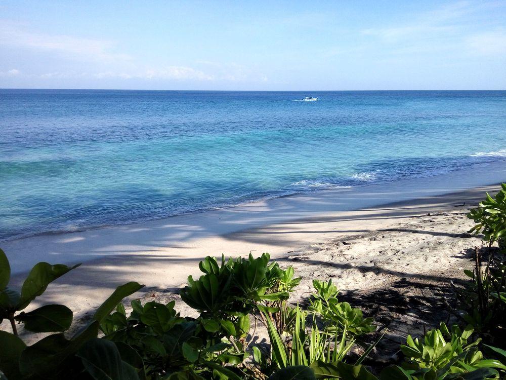 Lombok a jeho krásné bílé pláže - moře bohužel nebezpečné s velkým tahem