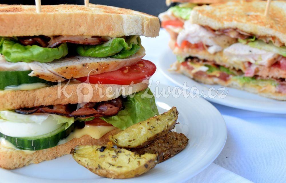 Club sandwich s domácí majonézou a mini brambůrky