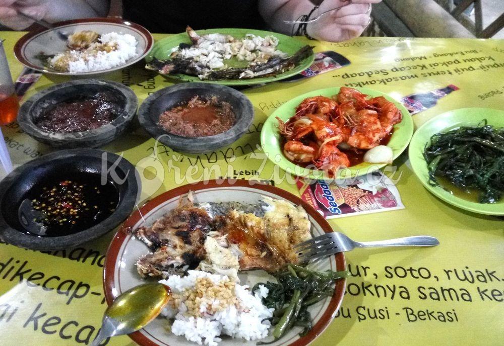 Kecap a různé druhy sambalu podávané v malých kamenných miskách