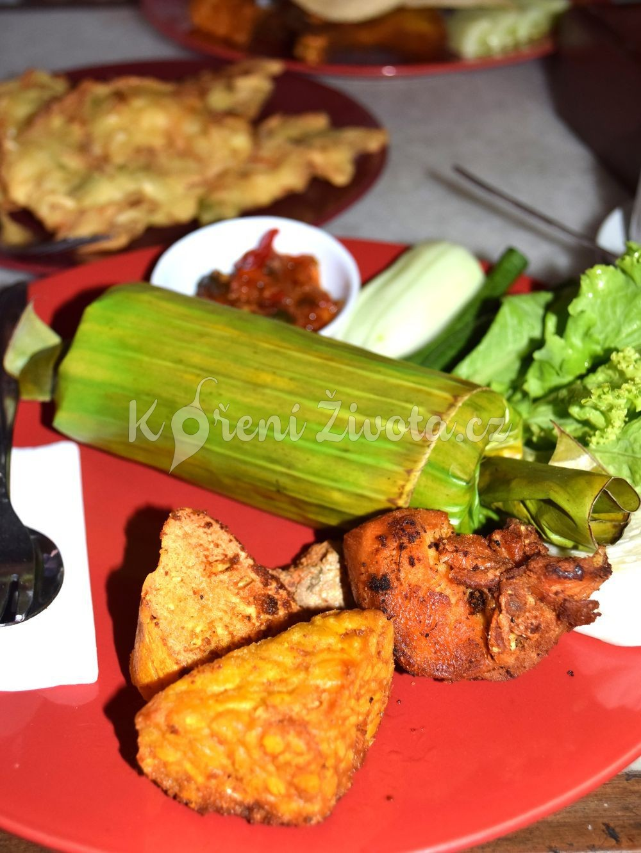 Nasi timbel komplit - rýže v banánovém listu, maso, tempeh, tofu a sambal