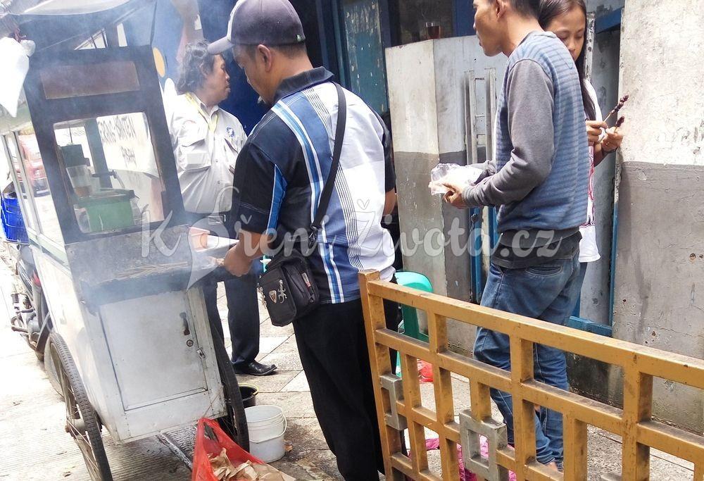 Pouliční prodejce grilovaných špízů zvaných sate.