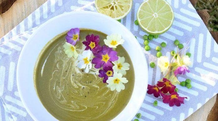 Jarní špenátová polévka s kokosovým mlékem a bylinkami