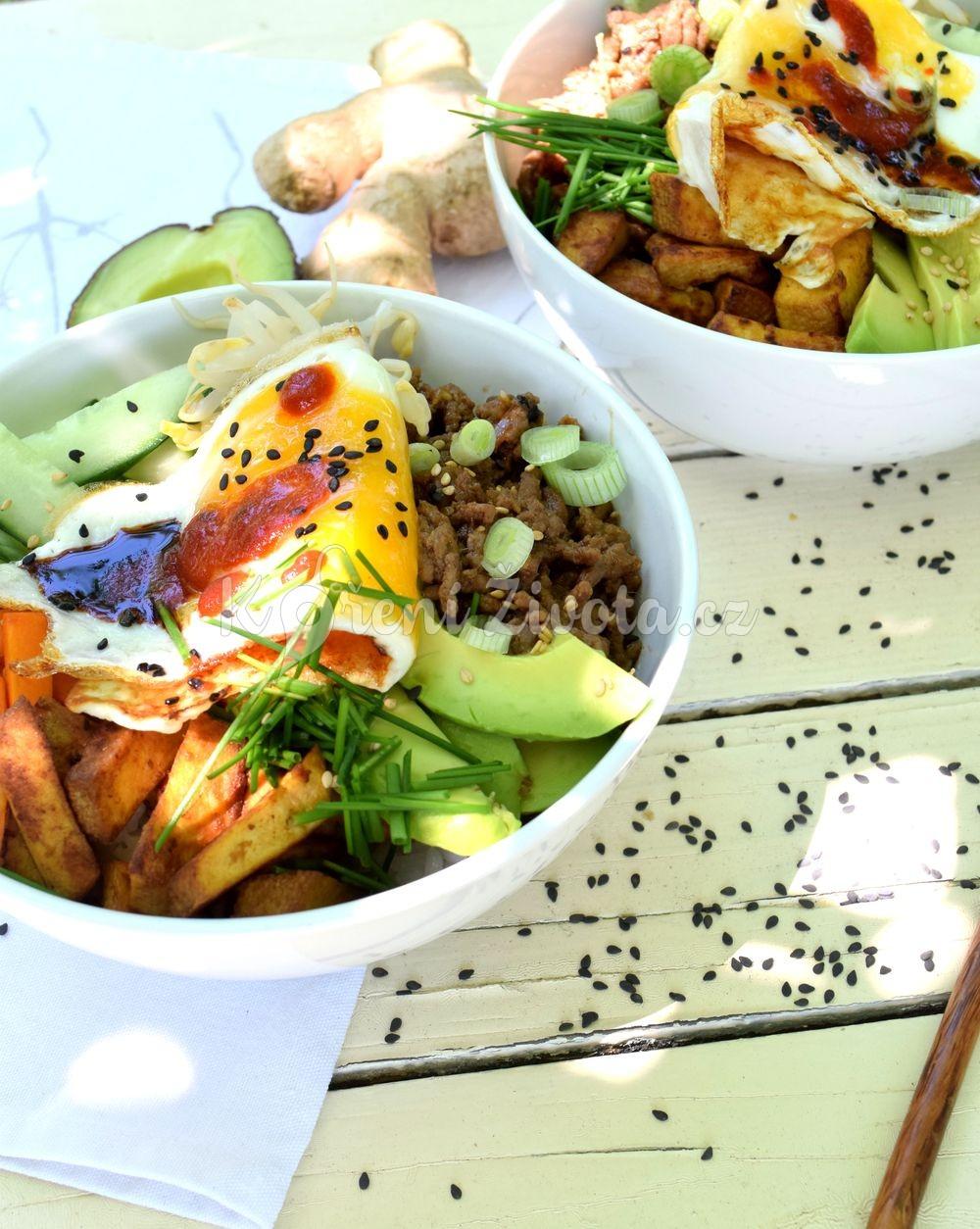 Korejský Bibimbap bowl s mletým masem a tofu