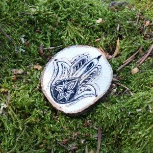 Ručně malovaná dřevěná brož *HAMSA*