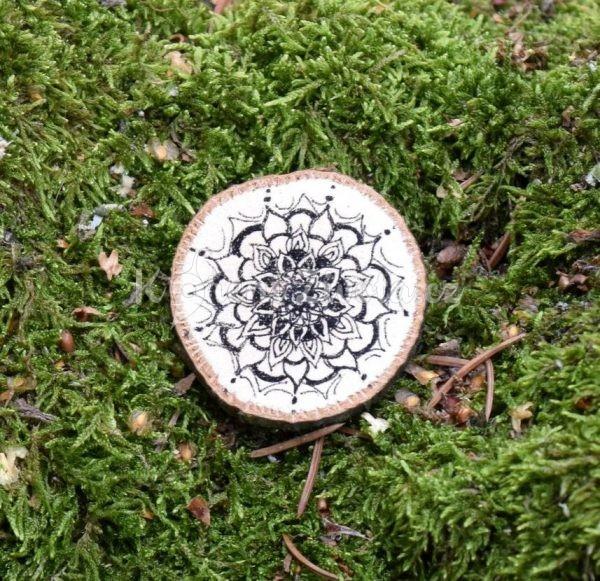 Ručně malovaná dřevěná brož *MANDALA*