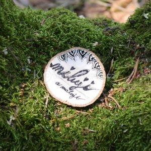 Ručně malovaná dřevěná brož *Miluji a maluji*