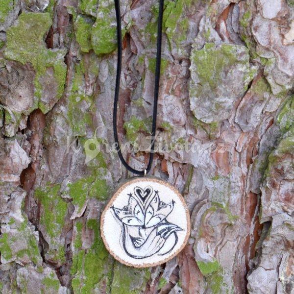 Ručně malovaný dřevěný náhrdelník - medailonek *MY DVA*