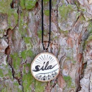 Ručně malovaný dřevěný náhrdelník - medailonek *SÍLA*