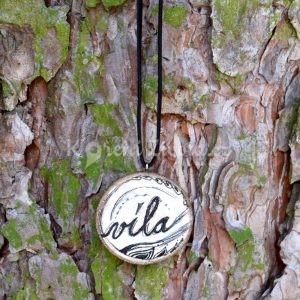 Ručně malovaný dřevěný náhrdelník - medailonek *VÍLA*