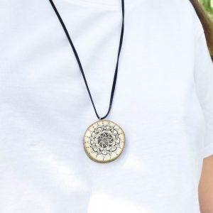 Ručně malovaný dřevěný náhrdelník - medailonek *MANDALA*