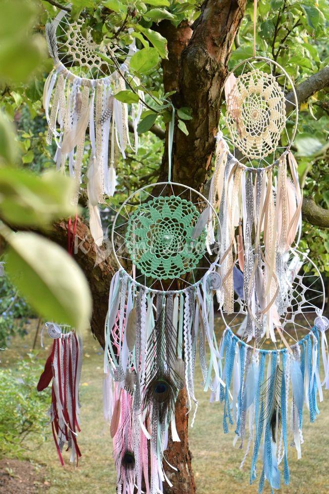 Ručně vyráběné lapače snů s bavlněnými krajkami, minerálními kameny a přírodními pírky.