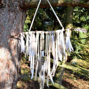 Ručně vyráběná boho dekorace s přírodní větvičkou, cca 50 cm