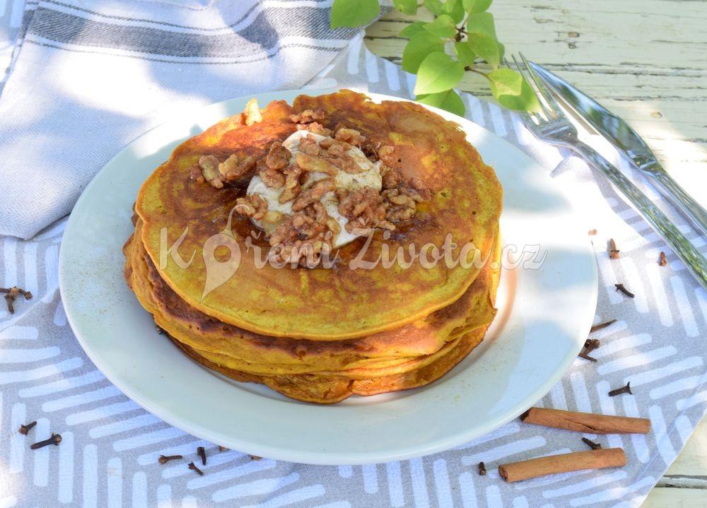 Podzimní dýňové lívance se skořicovým tvarohem, ořechy a javorovým sirupem