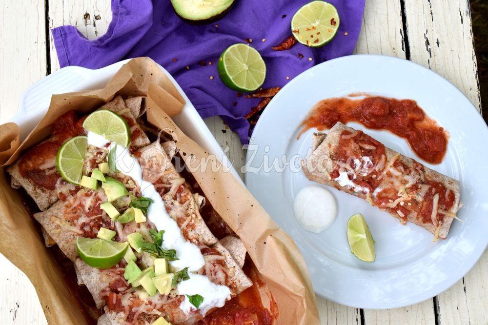 Zapečené tortilly s avokádem, fazolemi a rajčatovou omáčkou