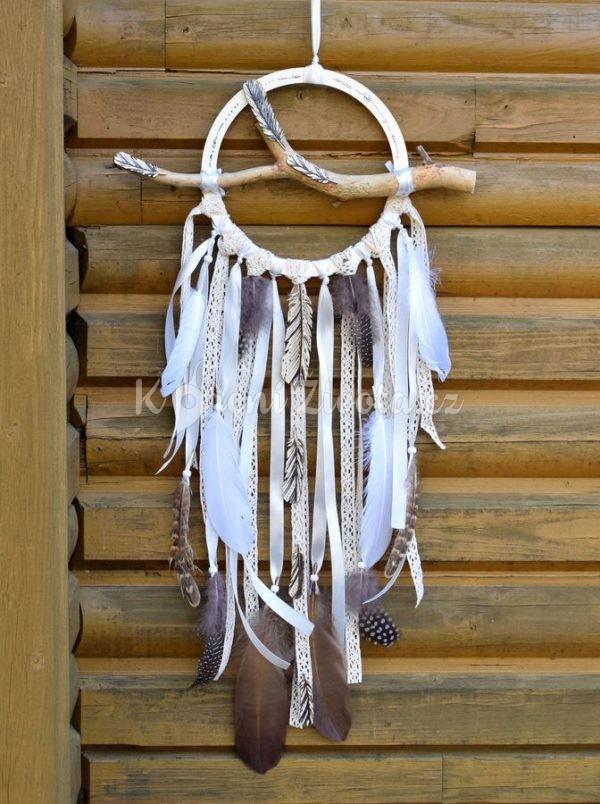 Ručně vyráběná boho dekorace - lapač snů s větvičkou, průměr 19 cm