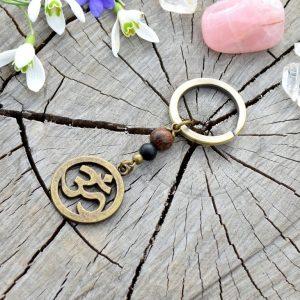 ~(ZE)MĚ~ Originální přívěsek na klíče Óm ॐ s onyxem a dřevem