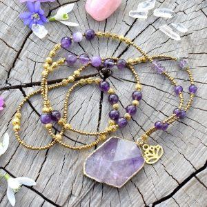 ~FANTAZIE~ Dlouhý minerální náhrdelník s talismanem z ametystu a lotosovým květem