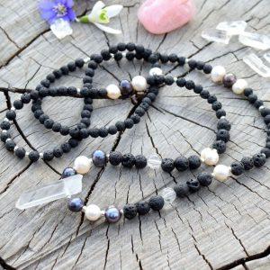 ~SÍLA~ Dlouhý náhrdelník s krystalem křišťálu, pravými perlami a lávovým kamenem