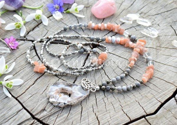 ~SNĚNÍ~ Dlouhý minerální náhrdelník s drúzou achátu a slunečním kamenem, lotosový květ
