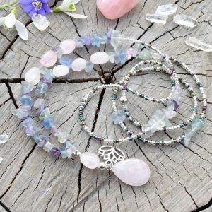 ~MYSL~ Dlouhý minerální náhrdelník fluoritu, růženínu a křišťálu, lotosový květ