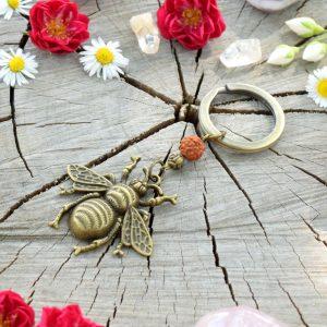 ~(POD)VĚDOMÍ~ Originální přívěsek na klíče včelka s rudrakshou