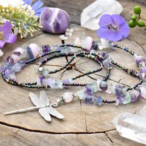 ~MYSL~ Dlouhý minerální náhrdelník s vážkou z fluoritu a růženínu