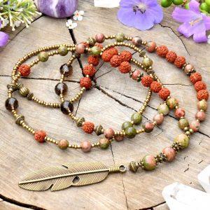 ~(POD)VĚDOMÍ~ Dlouhý minerální náhrdelník s pírkem, záhnědou, rudrakshou a unakitem