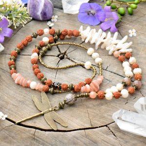 ~VÝJIMEČNOST~ Jedinečný perlový náhrdelník s vážkou a rudrakshou, sluneční kámen