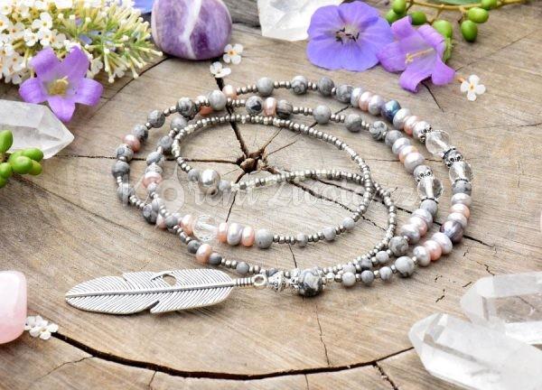 ~NĚHA~ Dlouhý perlový náhrdelník s pírkem a jaspisem, pravé přírodní perly